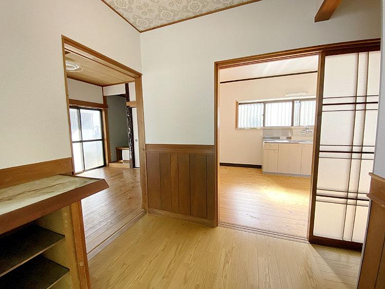 玄関正面DK、左洋室(玄関)