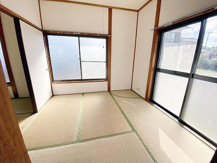 玄関右側の和室4.5畳(居間)